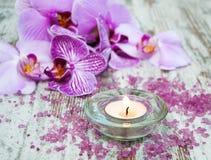 Świeczka z orchideami Obraz Royalty Free