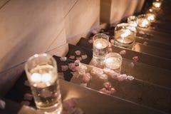 Świeczki dekoracja na schodku Zdjęcia Royalty Free