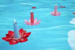 Świeczki i kwiaty dryfuje w rzece, ilustracja 3 d Obrazy Royalty Free