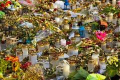 Świeczki i kwiaty w cmentarzu Obrazy Royalty Free