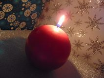 Świeczki palenie w zimie Zdjęcie Royalty Free