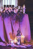 świeczki pali blisko kwiatów i wystroju Fotografia Royalty Free