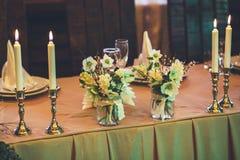 świeczki pali blisko kwiatów i wystroju Fotografia Stock