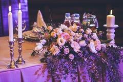 świeczki pali blisko kwiatów i wystroju Obraz Stock