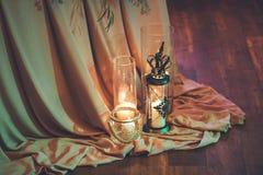 świeczki pali blisko kwiatów i wystroju Zdjęcie Royalty Free