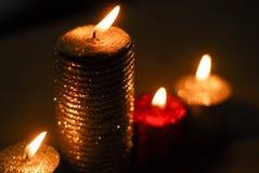 Świeczki pali na stole w zmroku Obrazy Royalty Free