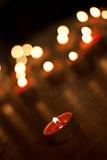Świeczki pali w zmroku Zdjęcia Royalty Free