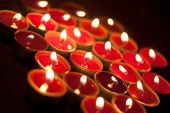 Świeczki pali w zmroku Fotografia Stock