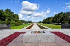Wiecznie płomień przy Piskaryovskoye pamiątkowym cmentarzem w Leningrad Fotografia Royalty Free
