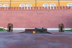 Wiecznie płomień w Moskwa chronił żołnierzami zdjęcia royalty free