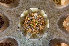 Świecznik i sufit Sheikh Zayed Uroczysty meczet w Abu Dhabi Obraz Royalty Free