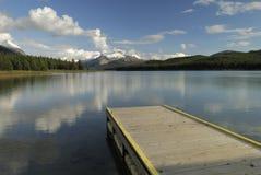 wieczorem kanadyjskiego jeziora maligne góry skaliste zdjęcie royalty free