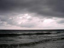 wieczorem stormy oceanu zdjęcie stock