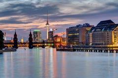 Wieczór przy rzecznym bomblowaniem w Berlin Zdjęcie Royalty Free