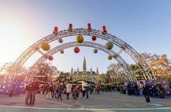 WIEDEŃ AUSTRIA, GRUDZIEŃ, - 26, 2018 Bożenarodzeniowy rynek przed Rathaus urząd miasta zdjęcia royalty free