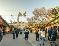 WIEDEŃ AUSTRIA, GRUDZIEŃ, - 26, 2018 Bożenarodzeniowy rynek przed Rathaus urząd miasta zdjęcie stock