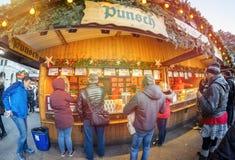 Wiedeń Austria Grudzień 26, 2018: Goście Wiedeń Christkindlmarkt bożych narodzeń rynku stojak przed statywowym sprzedawaniem fotografia royalty free