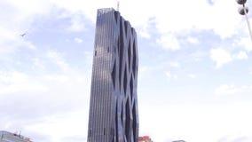 WIEDEŃ, AUSTRIA, GRUDZIEŃ, -, 24 Steadicam strzału Donau miasta Basztowe odbija chmury i niebieskie niebo zbudować nowoczesnego u zbiory