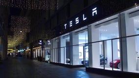 WIEDEŃ AUSTRIA, GRUDZIEŃ, -, 24 Tesla elektrycznego samochodu sala wystawowej przy nocą Obrazy Royalty Free