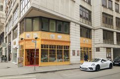 Wiedeń, Austria - 15 2018 Kwiecień: Biały samochodowy Porsche parkujący blisko nowożytnego budynku Zdjęcia Stock