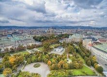 WIEDEŃ AUSTRIA, PAŹDZIERNIK, - 10, 2016: Austriacki parlamentu budynek, Rathaus, park, Burgtheater, Cesarskiego sądu Theatre Wied Zdjęcie Royalty Free