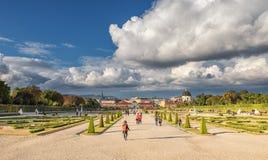 WIEDEŃ AUSTRIA, PAŹDZIERNIK, - 09, 2016: Belwederu ogród z fontanną i pałac Zwiedzający przedmiot w Wiedeń, Austria Fotografia Stock