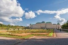 WIEDEŃ AUSTRIA, PAŹDZIERNIK, - 09, 2016: Belwederu ogród z fontanną i pałac Zwiedzający przedmiot w Wiedeń, Austria Obrazy Stock