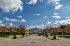 WIEDEŃ AUSTRIA, PAŹDZIERNIK, - 09, 2016: Belwederu ogród z fontanną i pałac Zwiedzający przedmiot w Wiedeń, Austria Zdjęcie Stock