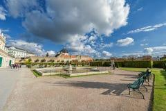 WIEDEŃ AUSTRIA, PAŹDZIERNIK, - 09, 2016: Belwederu ogród z fontanną i pałac Zwiedzający przedmiot w Wiedeń, Austria Obraz Royalty Free