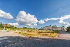 WIEDEŃ AUSTRIA, PAŹDZIERNIK, - 09, 2016: Belwederu ogród z fontanną i pałac Zwiedzający przedmiot w Wiedeń, Austria Obraz Stock