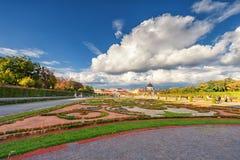 WIEDEŃ AUSTRIA, PAŹDZIERNIK, - 09, 2016: Belwederu ogród z fontanną i pałac Zwiedzający przedmiot w Wiedeń, Austria Fotografia Royalty Free