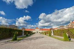 WIEDEŃ AUSTRIA, PAŹDZIERNIK, - 09, 2016: Belwederu ogród z fontanną i pałac Zwiedzający przedmiot w Wiedeń, Austria Obrazy Royalty Free