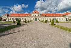 WIEDEŃ AUSTRIA, PAŹDZIERNIK, - 09, 2016: Belwederu ogród z fontanną i pałac Zwiedzający przedmiot w Wiedeń, Austria Zdjęcie Royalty Free