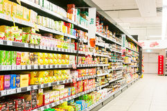 WIEDEŃ AUSTRIA, PAŹDZIERNIK, - 20, 2015: Supermarket Merkur w Vienn Zdjęcie Stock