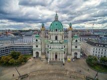WIEDEŃ AUSTRIA, PAŹDZIERNIK, - 05, 2016: Wiedeń Karlskirche kościół i Chmurny niebo Zdjęcia Stock