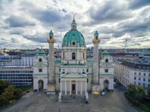 WIEDEŃ AUSTRIA, PAŹDZIERNIK, - 05, 2016: Wiedeń Karlskirche kościół z Chmurnym niebem Zdjęcie Royalty Free