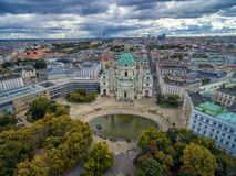 WIEDEŃ AUSTRIA, PAŹDZIERNIK, - 05, 2016: Wiedeń Karlskirche kościół z Resselpark parkowym i Chmurnym niebem St Charles ` s kośció Obrazy Royalty Free