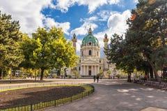 WIEDEŃ AUSTRIA, PAŹDZIERNIK, - 05, 2016: Wiedeń Karlskirche park i kościół Austria Obrazy Stock