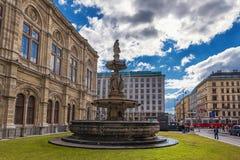 WIEDEŃ AUSTRIA, PAŹDZIERNIK, - 05, 2016: Wiedeń stanu opery statua i fontanna Obraz Stock