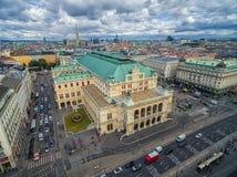 WIEDEŃ AUSTRIA, PAŹDZIERNIK, - 05, 2016: Wiedeń stanu pejzaż miejski z Chmurnym niebieskim niebem i opera Obraz Royalty Free