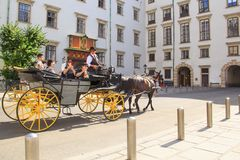 Wiedeń Austria, SIERPIEŃ, - 24: Wycieczkowy fracht blisko Hofburg kasztelu na SIERPIEŃ 24, 2017 w Wiedeń Fotografia Stock