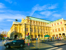 Wiedeń Austria, Styczeń, - 02, 2015: Poruszający ruch drogowy przed stan operą Fotografia Stock