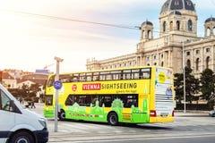 Wiedeń Austria, Styczeń, - 16th, 2019: Śmiesznego zielonożółtego doubledecker turystyczny zwiedzający autobus iść wzdłuż Wiedeń s obraz royalty free