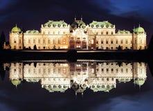 Wiedeń przy nocą - belwederu pałac, Austria fotografia stock