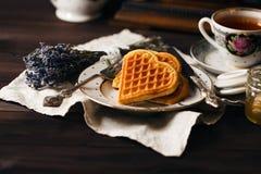 Wiedeńscy opłatki na zmroku stole z herbacianą filiżanką zdjęcie royalty free