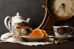 Wiedeńscy opłatki na zmroku stole z herbacianą filiżanką obraz royalty free
