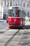 WIEDEŃ, AUSTRIA, E U - CZERWIEC 05, 2016: Czerwony stary tramwaju samochód Obrazy Royalty Free