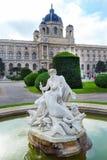 Wiedeń, Austria - fontanna przed historii naturalnej muzeum w starym miasteczku Zdjęcie Stock