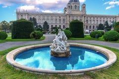Wiedeń, Austria - fontanna przed historii naturalnej muzeum w starym miasteczku Obraz Stock