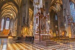 Wiedeń - Salowy St. Stephens Stephansdom lub katedra. Patrzeje od bocznego nave. Obraz Royalty Free